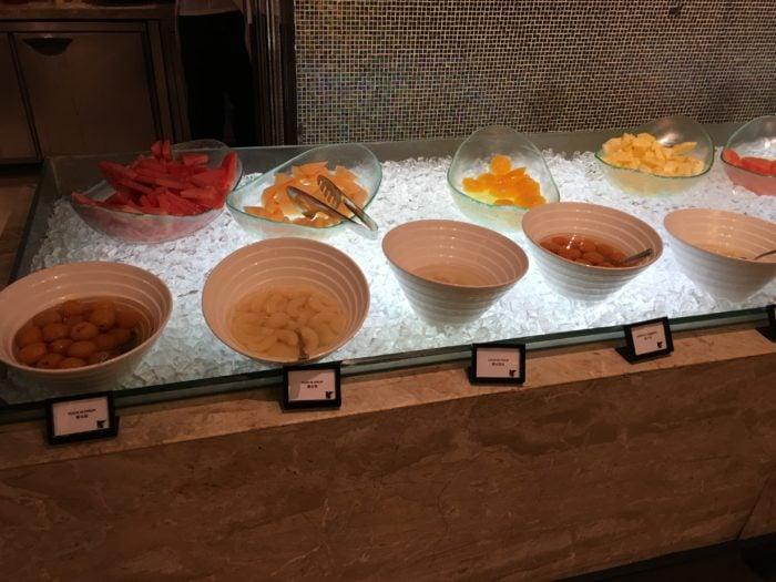 水果台(有很多新鮮水果,也有罐頭水果)