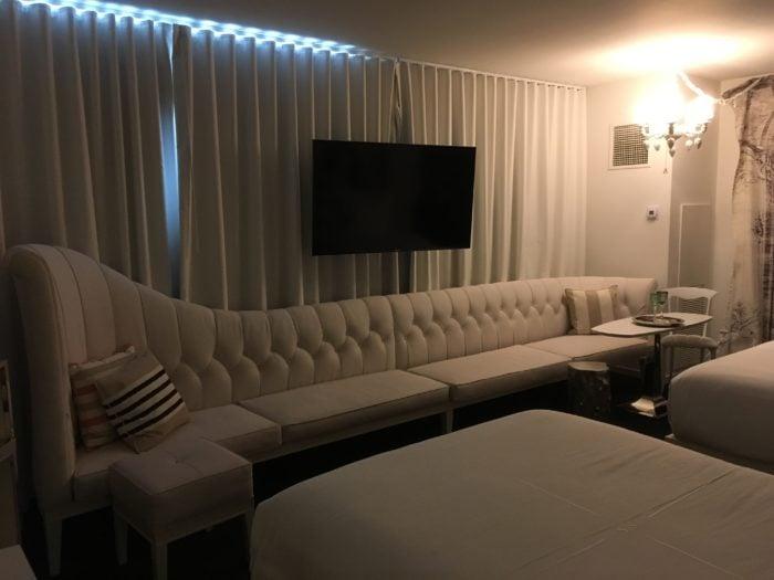 长长的沙发,然而用料档次低,质量也不是很好